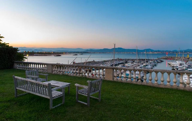 golf-expedition-golf-reizen-frankrijk-regio-cote-d'azur-villa-souvenance-zitruimte-bank-stoel-uitzicht-op-haven-zee.jpg