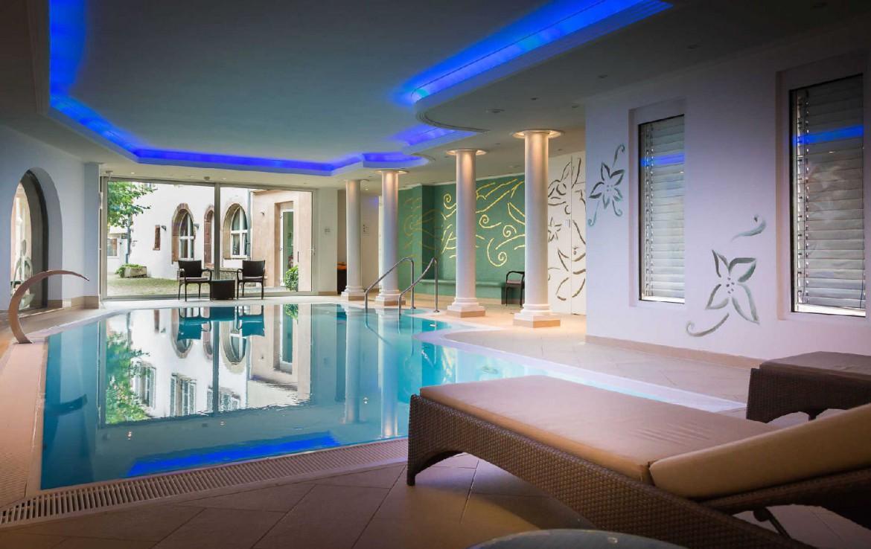 golf-expedition-golf-reizen-frankrijk-regio-elzas-hotel-a-la-cour-d'alsace-binnen-zwembad-ligbed