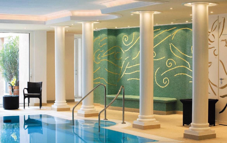 golf-expedition-golf-reizen-frankrijk-regio-elzas-hotel-a-la-cour-d'alsace-luxe-zwembad-zuilen