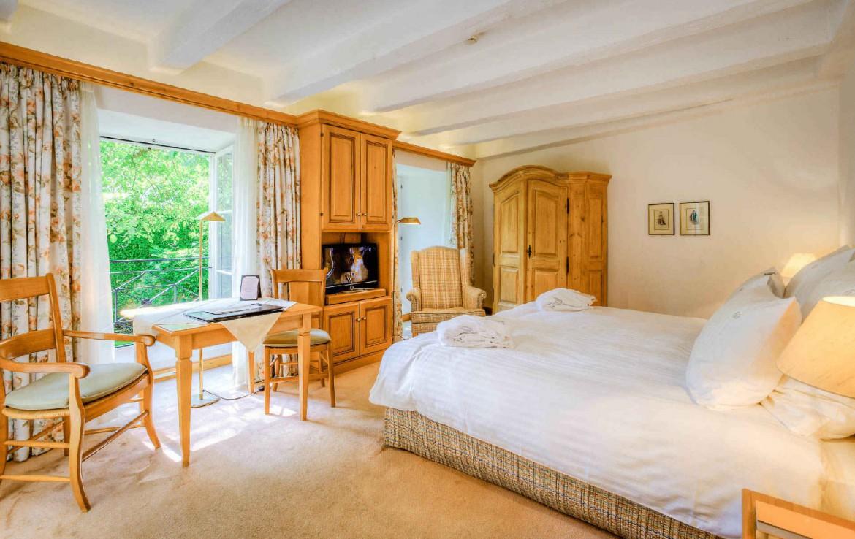 golf-expedition-golf-reizen-frankrijk-regio-elzas-hotel-a-la-cour-d'alsace-slaapkamer-houten-meubels