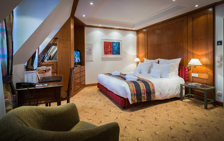 golf-expedition-golf-reizen-frankrijk-regio-elzas-hotel-a-la-cour-d'alsace-slaapkamer-stoel-bureau