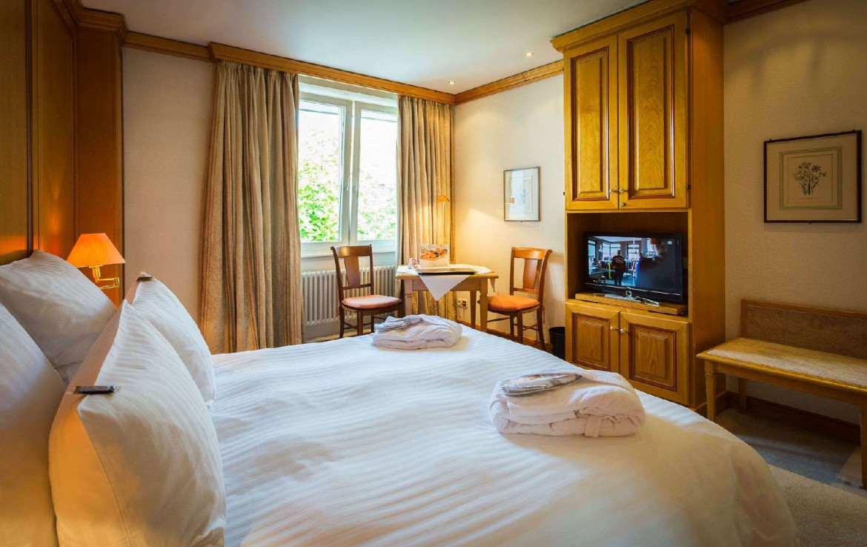 golf-expedition-golf-reizen-frankrijk-regio-elzas-hotel-a-la-cour-d'alsace-slaapkamer-tv