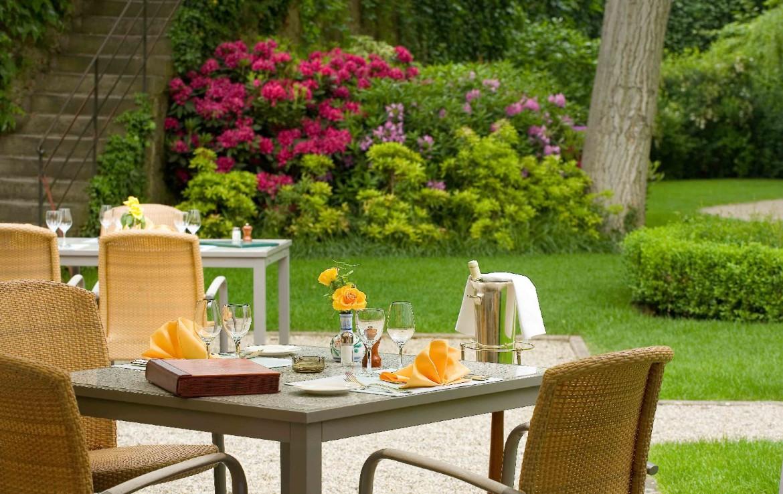 golf-expedition-golf-reizen-frankrijk-regio-elzas-hotel-a-la-cour-d'alsace-terras-tuin