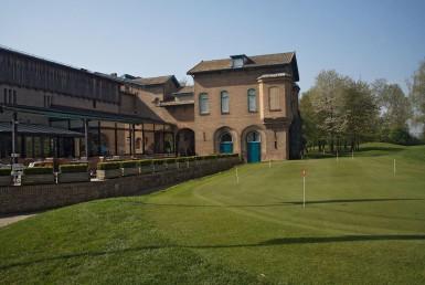 golf-expedition-golf-reizen-frankrijk-regio-elzas-le-kempferhof-accommodatie-terras-kijkend-op-golfbaan.jpg