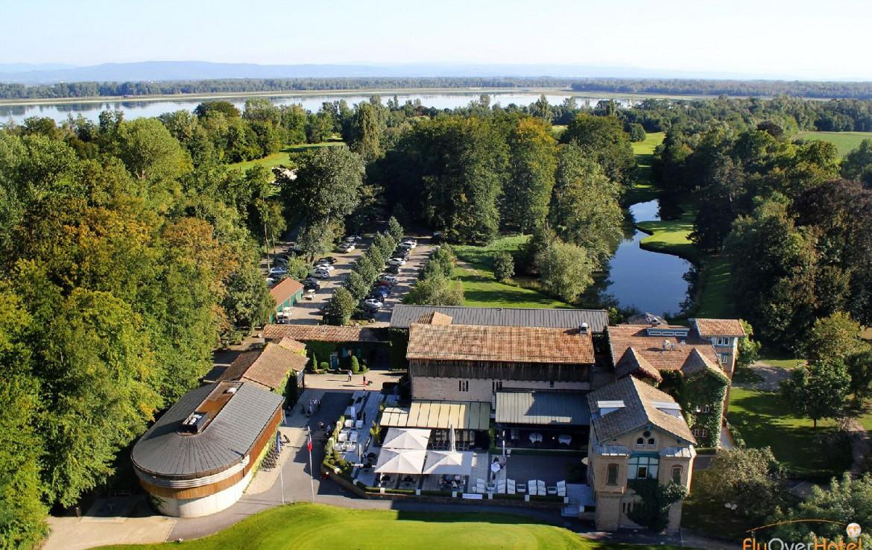 golf-expedition-golf-reizen-frankrijk-regio-elzas-le-kempferhof-drone-overzicht-van-accommodatie-parkeergelegenheid.jpg