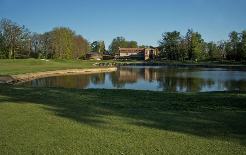 golf-expedition-golf-reizen-frankrijk-regio-elzas-le-kempferhof-golfbaan-met-kleine-water-hazard-in-midden.jpg