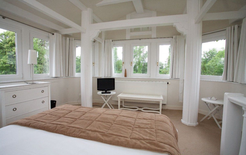 golf-expedition-golf-reizen-frankrijk-regio-elzas-le-kempferhof-prachtige-moderne-slaapkamer-twee-personen-bovenste-etage-met-tv.jpg