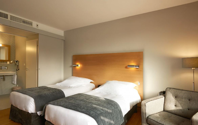 golf-expedition-golf-reizen-frankrijk-regio-elzas-le-kempferhof-slaapkamer-twee-personen-losse-bedden-stoel-met-badkamer.jpg