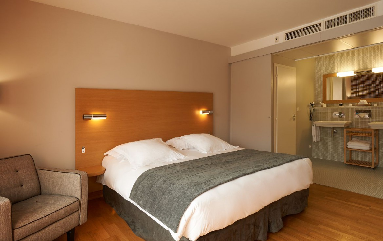 golf-expedition-golf-reizen-frankrijk-regio-elzas-le-kempferhof-stijlvol-ingerichte-slaapkamer-met-badkamer.jpg
