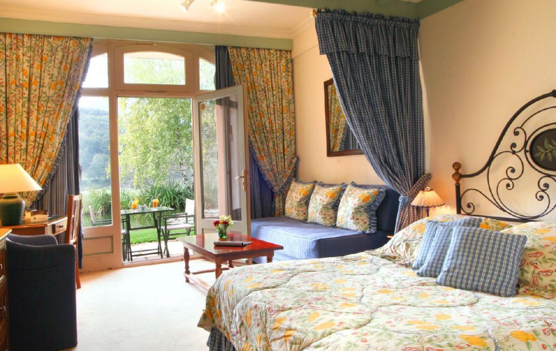 golf-expedition-golf-reizen-frankrijk-regio-languedoc-roussillon-domaine-de-falgos-blauw-ingerichte-slaapkamer-met-balkon-en-stoelen.jpg