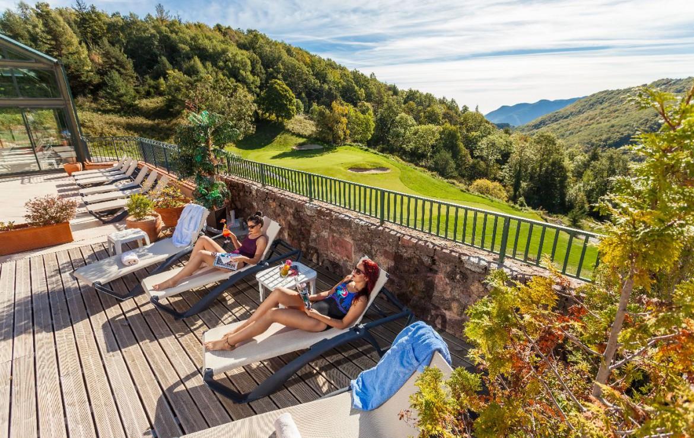 golf-expedition-golf-reizen-frankrijk-regio-languedoc-roussillon-domaine-de-falgos-ligbedden-ontspanning-met-vallei-op-achtergrond.jpg