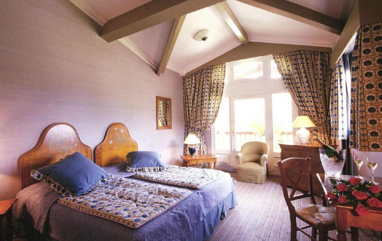 golf-expedition-golf-reizen-frankrijk-regio-languedoc-roussillon-domaine-de-falgos-slaapkamer-bovenste-verdiepingen-oude-balken-plafond.jpg