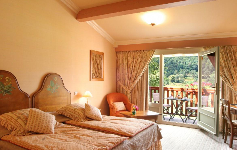 golf-expedition-golf-reizen-frankrijk-regio-languedoc-roussillon-domaine-de-falgos-slaapkamer-twee-personen-terras-met-uitzicht-op-bergen.jpg