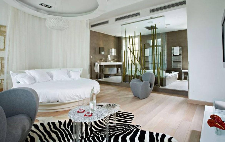 golf-expedition-golf-reizen-frankrijk-regio-languedoc-roussillon-domaine-de-verchant-slaapkamer-rond-bed-badkamer-woonruimte