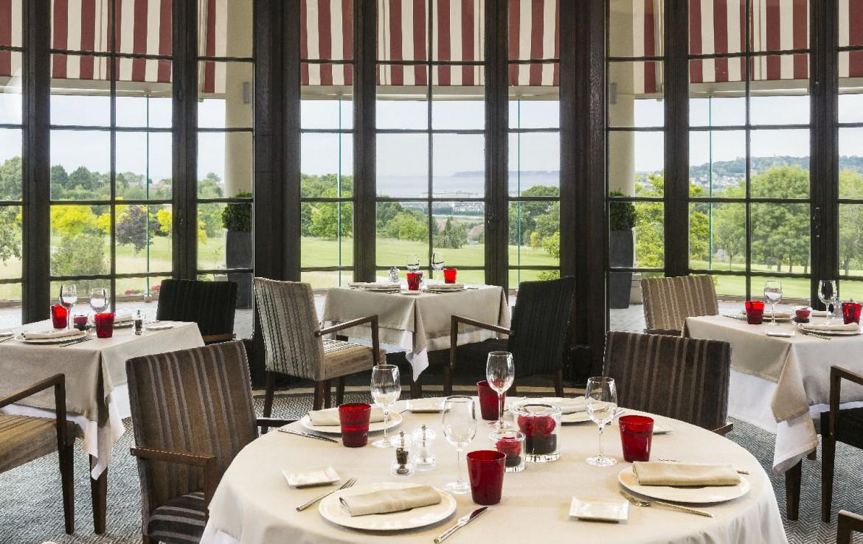 golf-expedition-golf-reizen-frankrijk-regio-normandië-hotel-du-golf-barriere-gezamenlijke-eetruimte-uitzicht-op-golfbaan.jpg