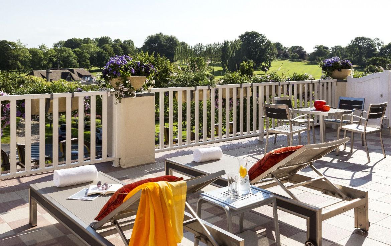 golf-expedition-golf-reizen-frankrijk-regio-normandië-hotel-du-golf-barriere-ligbedden-op-terras-uitzicht-op-golfbaan.jpg