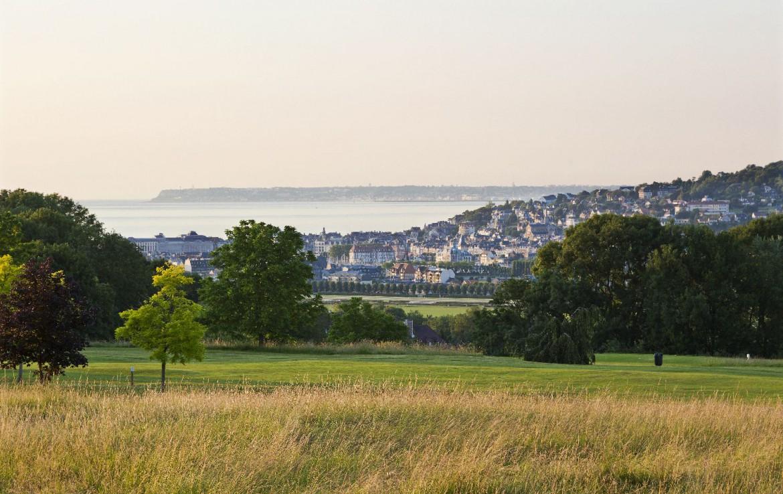 golf-expedition-golf-reizen-frankrijk-regio-normandië-hotel-du-golf-barriere-omgeving-met-zee-achtergrond.jpg