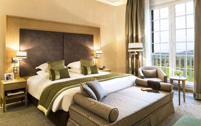 golf-expedition-golf-reizen-frankrijk-regio-normandië-hotel-du-golf-barriere-prachtig-ingericht-moderne-slaapkamer-met-balkon.jpg