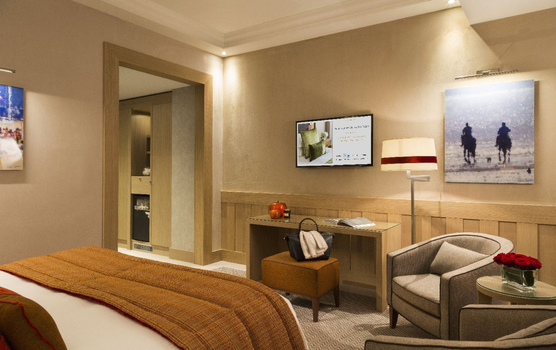 golf-expedition-golf-reizen-frankrijk-regio-normandië-hotel-du-golf-barriere-slaapkamer-met-bureau-tv-en-kunst.jpg