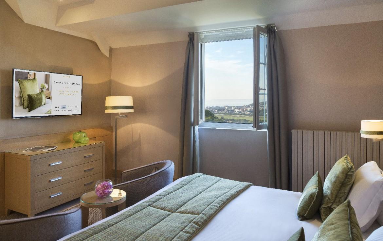 golf-expedition-golf-reizen-frankrijk-regio-normandië-hotel-du-golf-barriere-slaapkamer-met-tv-kast-en-uitzicht-op-omgeving.jpg.