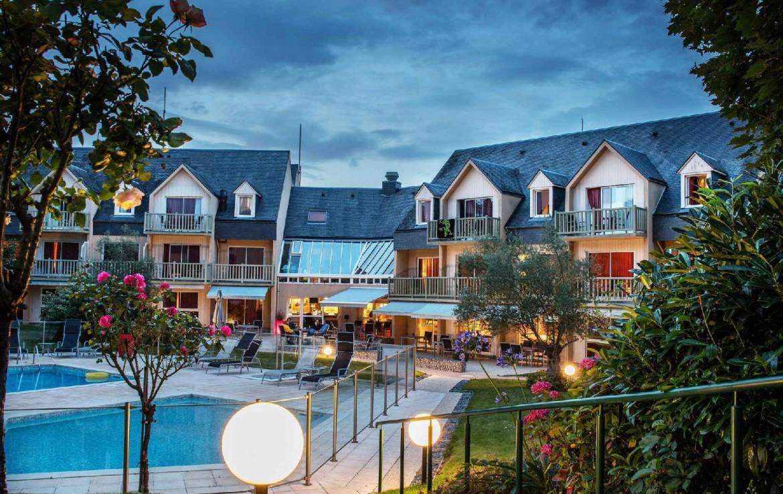 golf-expedition-golf-reizen-frankrijk-regio-normandië-hotel-mercure-omaha-beach-luxe-villa-met-in-midden-zwembad.jpg