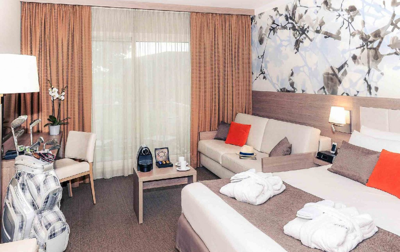 golf-expedition-golf-reizen-frankrijk-regio-normandië-hotel-mercure-omaha-beach-slaapkamer-met-bank-en-bureau.jpg