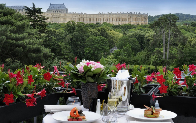 golf-expedition-golf-reizen-frankrijk-regio-parijs-trianon-palace-versailles-buffet-terras-uitzicht-op-landschap-kasteel.jpg