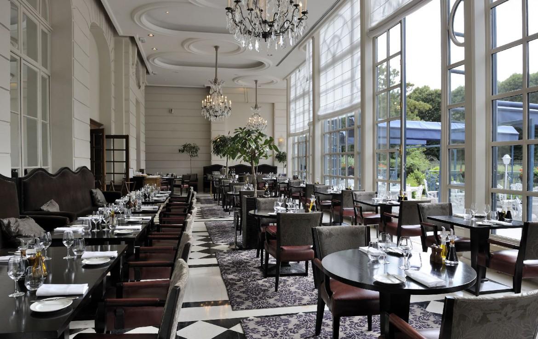 golf-expedition-golf-reizen-frankrijk-regio-parijs-trianon-palace-versailles-gordon-ramsey-eetzaal-tafels.jpg