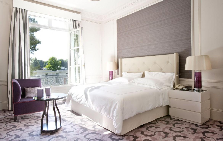 golf-expedition-golf-reizen-frankrijk-regio-parijs-trianon-palace-versailles-luxe-slaapkamer-met-groot-schuif-raam.jpg