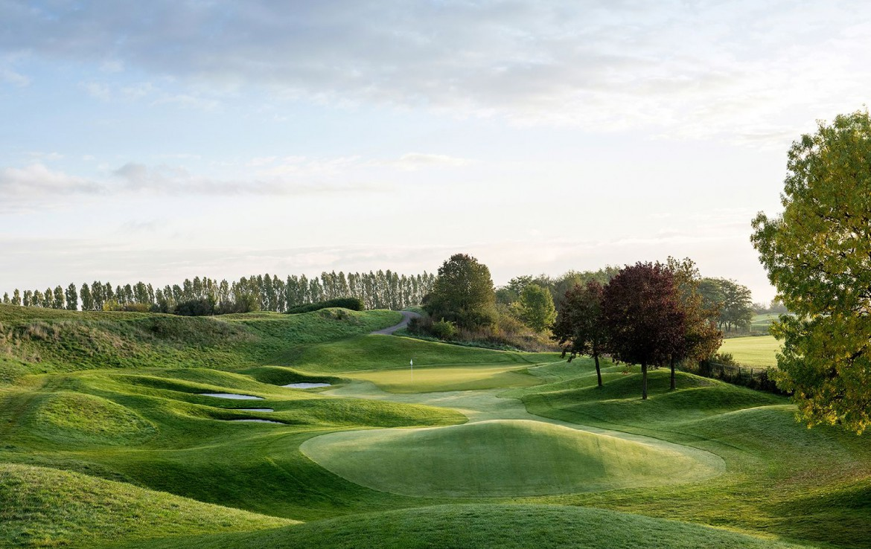 golf-expedition-golf-reizen-frankrijk-regio-parijs-trianon-palace-versailles-mist-bij-golfbaan-green.jpg