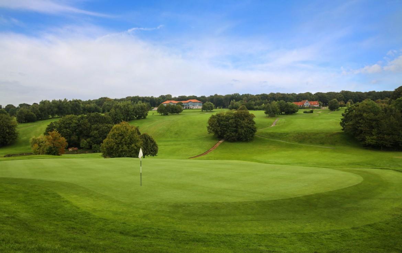 golf-expedition-golf-reizen-frankrijk-regio-pas-de-calais-chateau-tilques-golfbaan-green-met-landschap.jpg