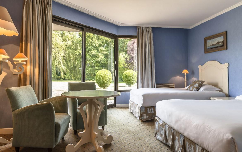 golf-expedition-golf-reizen-frankrijk-regio-pas-de-calais-chateau-tilques-luxe-slaapkamer-drie-personen-bureau-tafel-stoelen.jpg