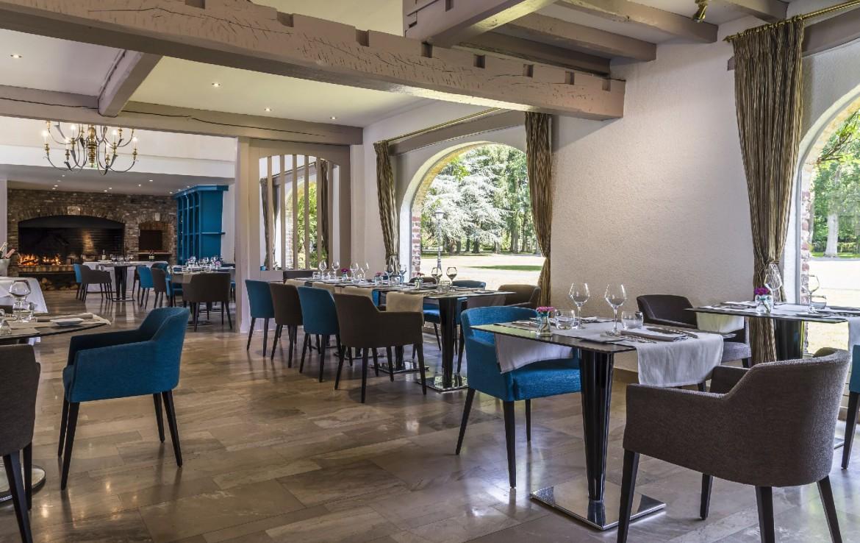 golf-expedition-golf-reizen-frankrijk-regio-pas-de-calais-chateau-tilques-restaurant-met-grote-openhaard.jpg