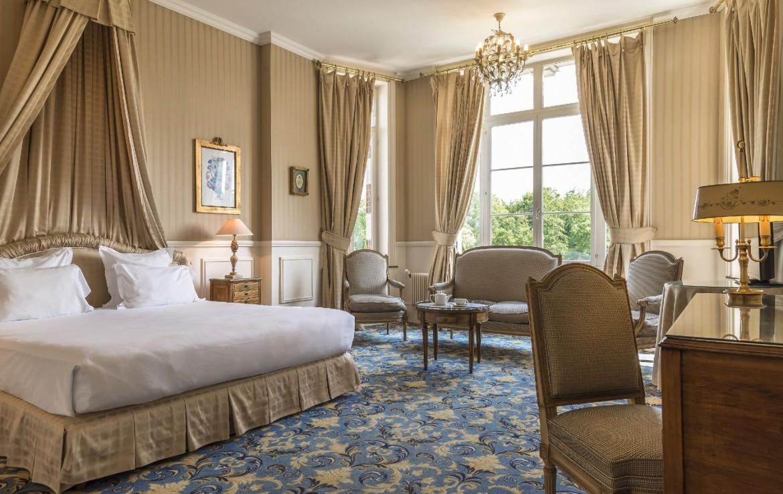 golf-expedition-golf-reizen-frankrijk-regio-pas-de-calais-chateau-tilques-slaapkamer-ingericht-met-klassieke-meubels.jpg