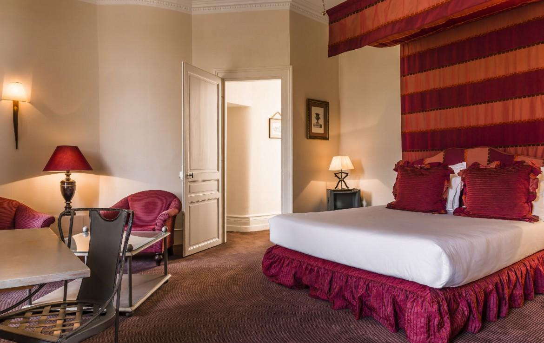 golf-expedition-golf-reizen-frankrijk-regio-pas-de-calais-chateau-tilques-slaapkamer-met-rood-interieur-stoelen-en-bureau.jpg