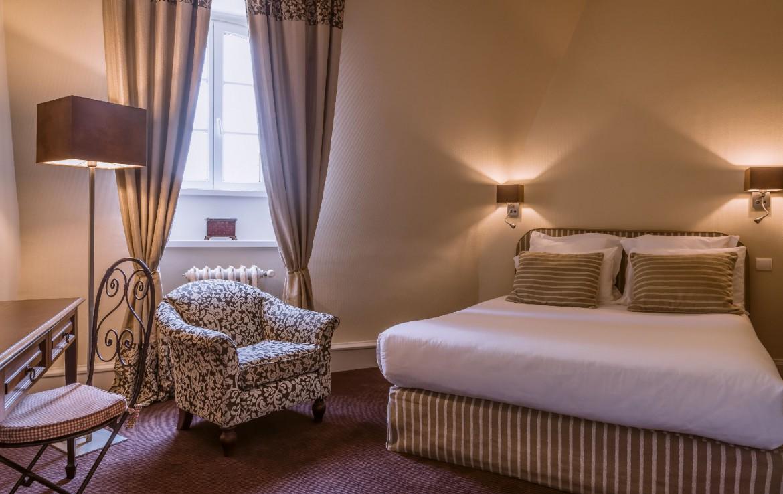golf-expedition-golf-reizen-frankrijk-regio-pas-de-calais-chateau-tilques-slaapkamer-stoel-bed-lamp.jpg