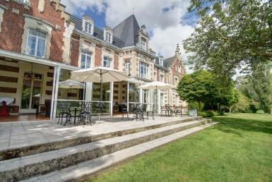 golf-expedition-golf-reizen-frankrijk-regio-pas-de-calais-chateau-tilques-voorkant-villa-met-terras-en-grasveld.jpg