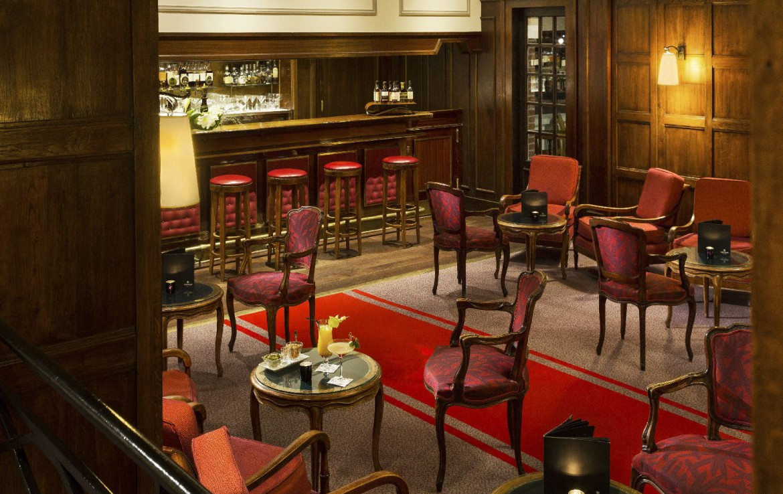 golf-expedition-golf-reizen-frankrijk-regio-pas-de-calais-hotel-barriere-le-westminster-bar-met-lounge-rood-interieur.jpg