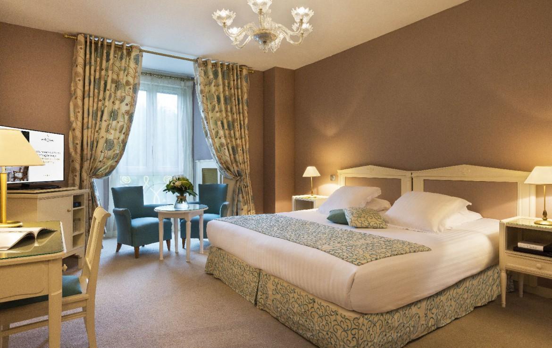 golf-expedition-golf-reizen-frankrijk-regio-pas-de-calais-hotel-barriere-le-westminster-groot-twee-persoons-bed-met-tv-en-bureau.jpg