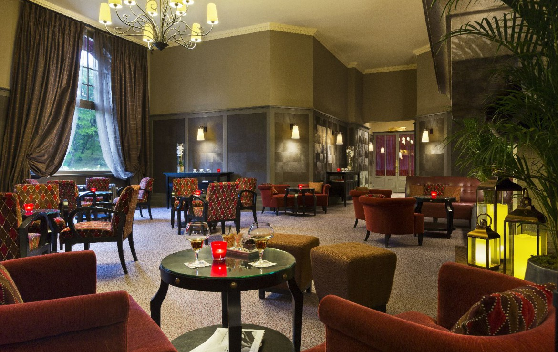 golf-expedition-golf-reizen-frankrijk-regio-pas-de-calais-hotel-barriere-le-westminster-lounge-met-rode-meubels.jpg.