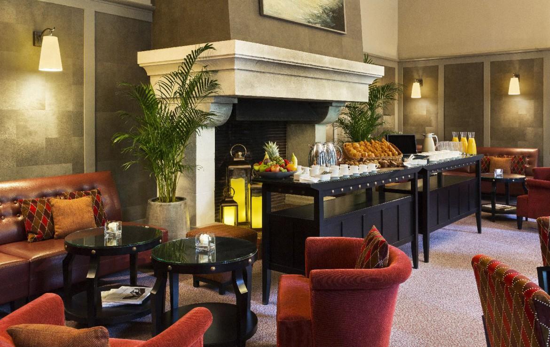 golf-expedition-golf-reizen-frankrijk-regio-pas-de-calais-hotel-barriere-le-westminster-ontbijt-frans-stoelen-openhaard.jpg