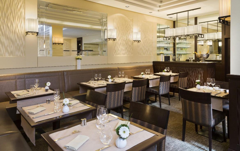 golf-expedition-golf-reizen-frankrijk-regio-pas-de-calais-hotel-barriere-le-westminster-restaurant-met-gedekte-tafels-bar.jpg