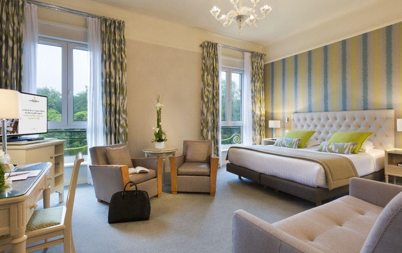 golf-expedition-golf-reizen-frankrijk-regio-pas-de-calais-hotel-barriere-le-westminster-slaapkamer-met-bank-stoelen-en-tv.jpg