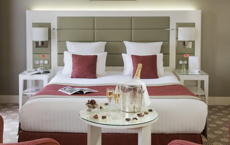 golf-expedition-golf-reizen-frankrijk-regio-pas-de-calais-hotel-barriere-le-westminster-slaapkamer-met-rode-stoelen-en-champagne.jpg