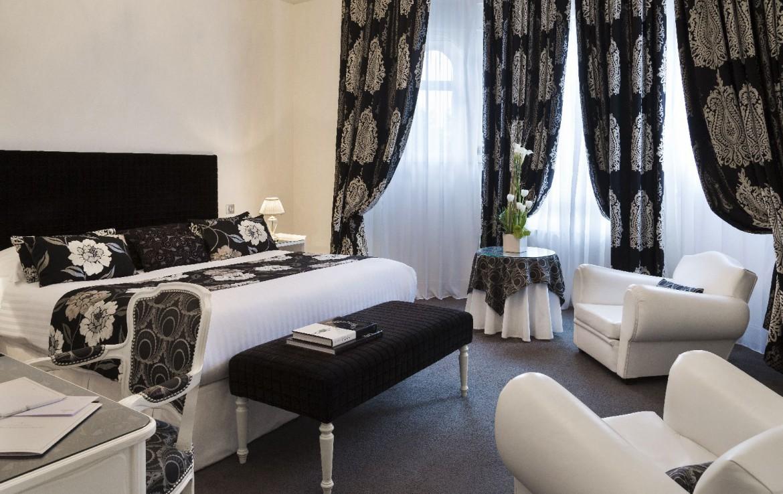golf-expedition-golf-reizen-frankrijk-regio-pas-de-calais-hotel-barriere-le-westminster-slaapkamer-met-zwart-en-wit-interieur.jpg