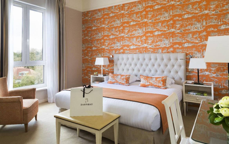 golf-expedition-golf-reizen-frankrijk-regio-pas-de-calais-hotel-barriere-le-westminster-slaapkamer-oranje-stijl-twee-personen-met-stoel.jpg