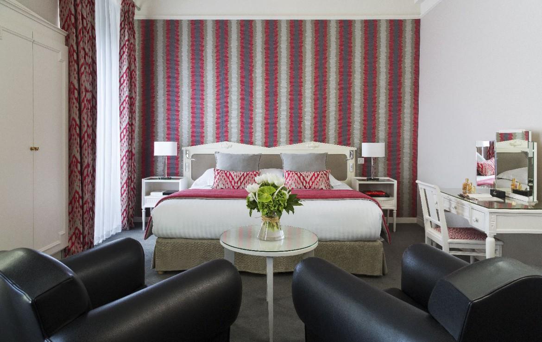 golf-expedition-golf-reizen-frankrijk-regio-pas-de-calais-hotel-barriere-le-westminster-slaapkamer-rood-met-zwarte-stoelen-en-bureau.jpg