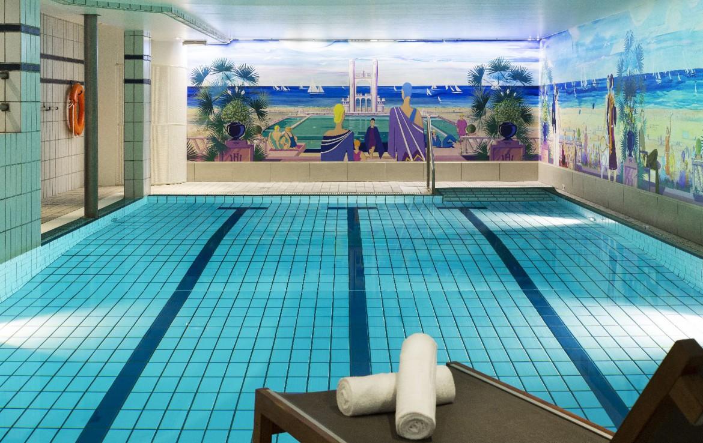 golf-expedition-golf-reizen-frankrijk-regio-pas-de-calais-hotel-barriere-le-westminster-zwembad-ligbed-handdoek-kunst.jpg