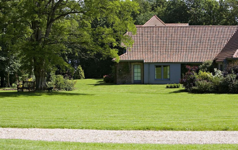 golf-expedition-golf-reizen-frankrijk-regio-pas-de-calais-hotel-cléry-apparatement-met-grasveld-bankje-en-looppad.jpg