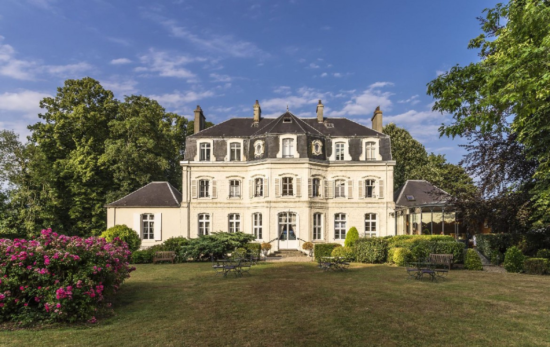 golf-expedition-golf-reizen-frankrijk-regio-pas-de-calais-hotel-cléry-entree-van-kasteel-met-tuin.jpg